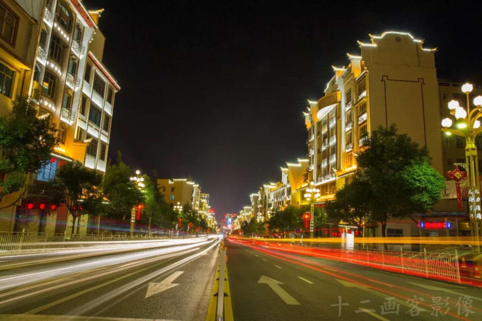 夜色中的镇雄县城